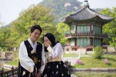 年轻夫妇在韩国人Gyeongbok宫殿的汉城,韩国Hanbok 图库摄影