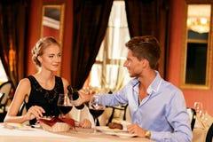 夫妇在餐馆 免版税库存图片