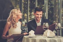 夫妇在餐馆 库存图片