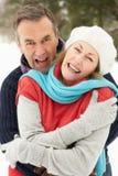 夫妇在高级多雪的身分之外环境美化 免版税库存图片