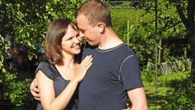 年轻夫妇在绿色庭院里2016年 免版税库存图片