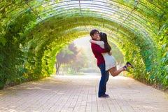 夫妇在绿色隧道飞行 免版税库存照片