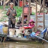 夫妇在洞里萨湖,柬埔寨 免版税库存照片