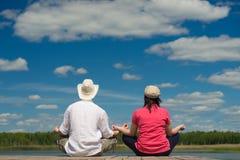 年轻夫妇在水附近放松户外 免版税库存图片