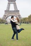 年轻夫妇在巴黎 库存照片