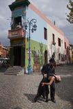 夫妇在El Caminito的跳舞探戈 免版税库存照片