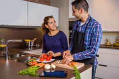 夫妇在prepairing健康食物的家庭厨房里 免版税库存照片