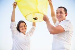 年轻夫妇在se附近发动在黄昏的中国天空灯笼 库存图片