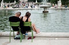 夫妇在Tuileries庭院里在巴黎 库存图片