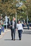 年轻夫妇在Vondelpark,阿姆斯特丹,荷兰享受步行 免版税库存照片