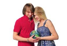夫妇地球holdind年轻人 免版税图库摄影