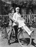 夫妇坐一前一后自行车(所有人被描述不更长生存,并且庄园不存在 供应商的保单  库存照片