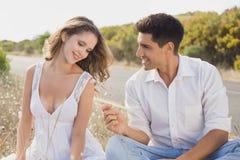 夫妇坐乡下风景 免版税库存图片