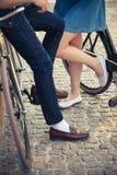 年轻夫妇坐在对面的一辆自行车 图库摄影