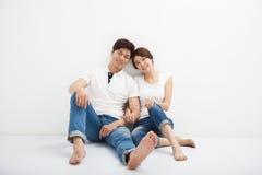 年轻夫妇坐地板 免版税图库摄影