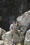 夫妇坐岩石 免版税图库摄影