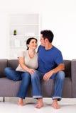夫妇坐沙发 免版税图库摄影