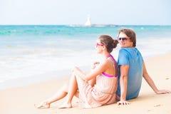 夫妇坐热带海滩在泰国。 免版税库存图片