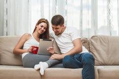 夫妇坐的沙发 免版税图库摄影