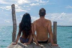 夫妇坐码头 免版税库存照片