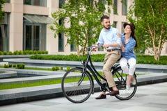 年轻夫妇坐自行车 免版税图库摄影
