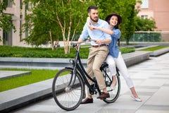 年轻夫妇坐自行车 库存照片