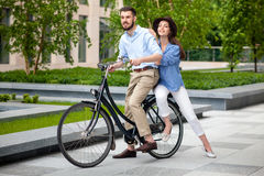 年轻夫妇坐自行车 图库摄影