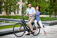 年轻夫妇坐自行车 库存图片