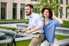 年轻夫妇坐自行车 免版税库存照片