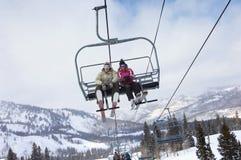 夫妇坐滑雪电缆车 免版税库存图片
