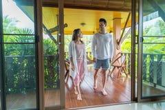 年轻夫妇大阳台热带旅馆、男人和妇女热带假日假期 库存照片