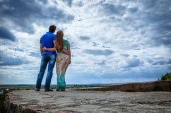 夫妇天空年轻人 库存照片