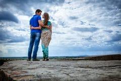 夫妇天空年轻人 免版税库存照片