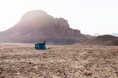 年轻夫妇女孩野营的沙漠帐篷早晨山挥动的你好 库存图片