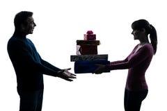 夫妇妇女人提供的圣诞节礼物 库存照片