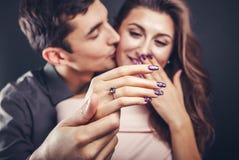 夫妇婚姻纵向建议年轻人 一只女性手的特写镜头有圆环的 库存图片