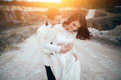 年轻夫妇婚礼photosession临近森林 免版税库存图片