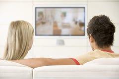 夫妇客厅电视注意 免版税库存图片