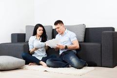 年轻夫妇客厅 库存照片