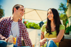 夫妇室外咖啡馆 免版税库存图片