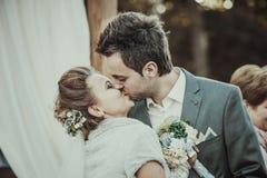 夫妇室外婚礼 免版税库存图片
