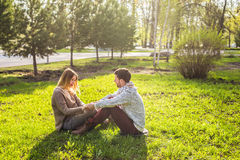 年轻夫妇室外画象在秋天 免版税库存图片