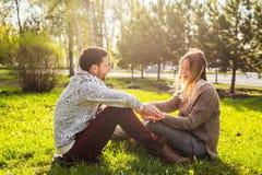 年轻夫妇室外画象在秋天 库存照片