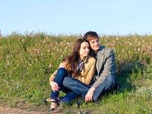 年轻夫妇室外画象  库存照片