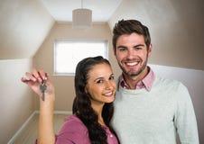 夫妇对负关键在新的家 免版税库存照片