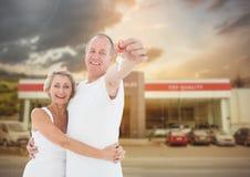 夫妇对负关键在汽车前面 库存图片