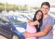 夫妇对负关键在汽车前面 库存照片