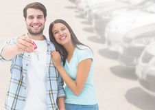夫妇对负关键在汽车前面 图库摄影