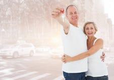 夫妇对负关键在街道前面 免版税库存照片