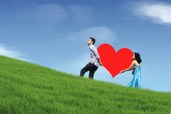 夫妇小山走的年轻人 免版税库存图片